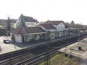 Bahnhofsgebaeude von Bruecke